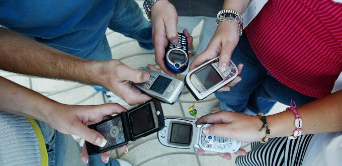 Jóvenes enganchados al móvil, que se han convertido en algo imprescindible. Foto 2 pag XV031AU