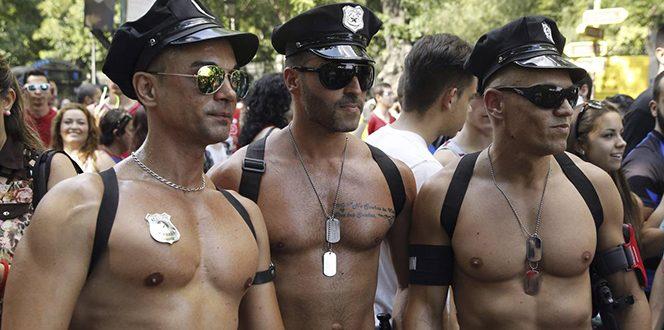 GRA188. MADRID, 05/07/2014.- Miles de personas, cincuenta organizaciones sociales y más de treinta carrozas participan en la manifestación estatal anual del Orgullo Gay, que discurre entre la estación de Atocha y la Plaza de Colón. EFE/J. J. Guillén