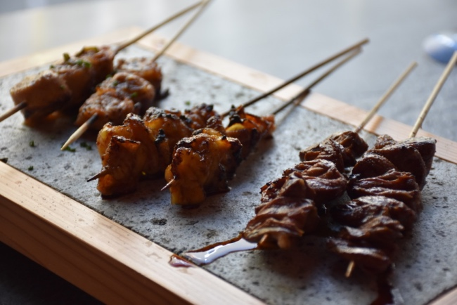 Rollo de pancita al kimuchi, kawa de piel de pollo, brocheta de corazón de pollo