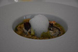 Arroz de cítricos y crustáceos con berberechos, navajas, ostras, aceite de perejil y aceite de cítrico y alcaparra