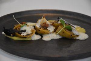 Cappellacci de conejo escabechado con puré de ajos tiernos, endivia caramelizada y espuma de vino blanco