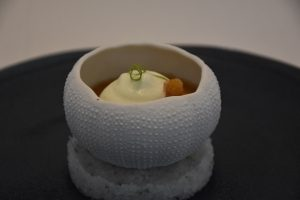 Crema catalana de foie gras con erizo de mar y espuma de manzana granny smith