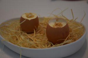 Falso huevo con trufa negra anacardo y huevas de bacalao