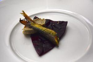 Mordedura del lago (sardinas del Lago di Garda) con col lombarda e hígado de rape