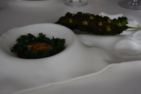 Castañuela de ibérico y ostras a la llama con kale y soharma