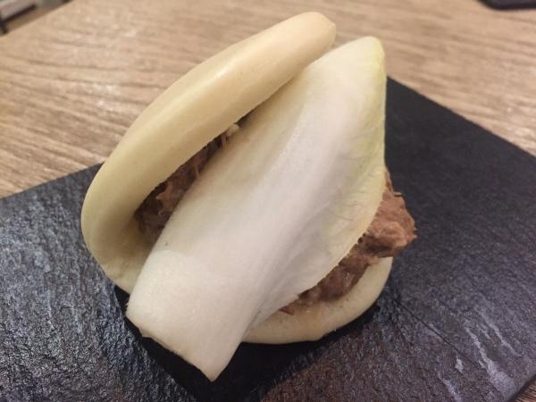 Bao de jarrete con queso azul y endivia