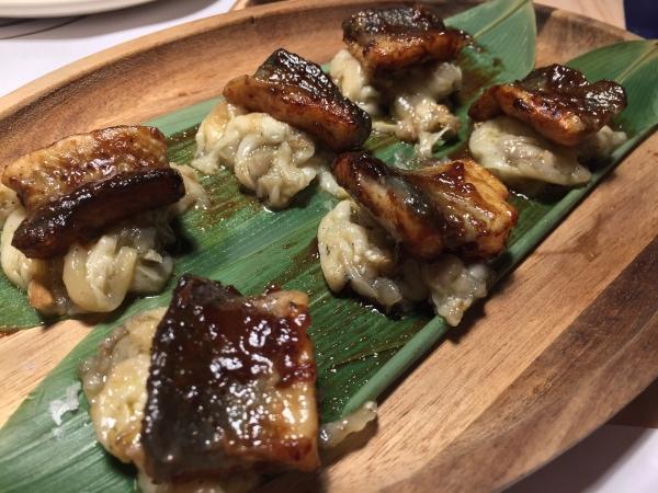 Anguila glaseada con tamarindo y panela sobre berenjena ahumada