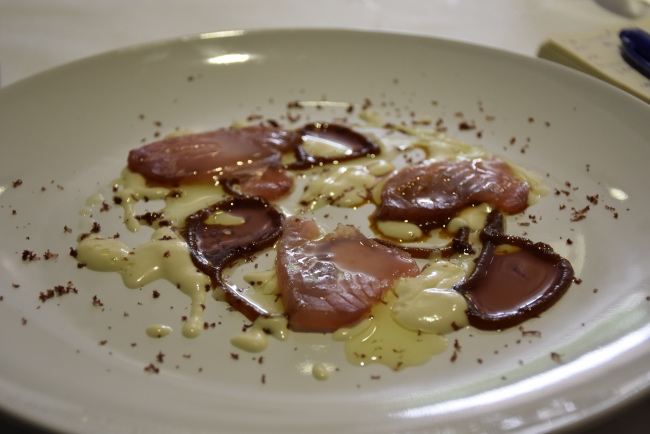 Bonito con ajoblanco de piñones, espaguetis de cebolla caramelizada con miel y ralladura de aceituna kalamata