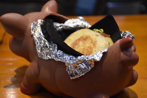 Pan mollete con desmigado de costilla ibérica y encurtidos.