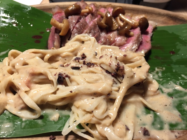 Vaca rubia gallega con tallarines de apibola en salsa de foie